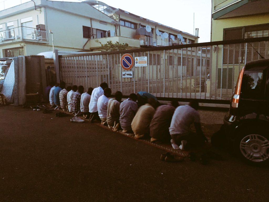 La preghiera dei rifugiati sudanesi sgomberati nella strada dove abitavano prima dello sfratto (foto: Eleonora Camilli)