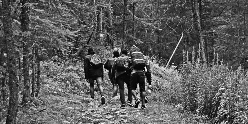 Alcuni migranti ospiti del centro di accoglienza Chez Jesus partono da Claviere nel tentativo di passare la frontiera attraverso il sentiero nei boschi per giungere in Francia. Claviere, 14 agosto 2018 (foto: Marta Clinco)