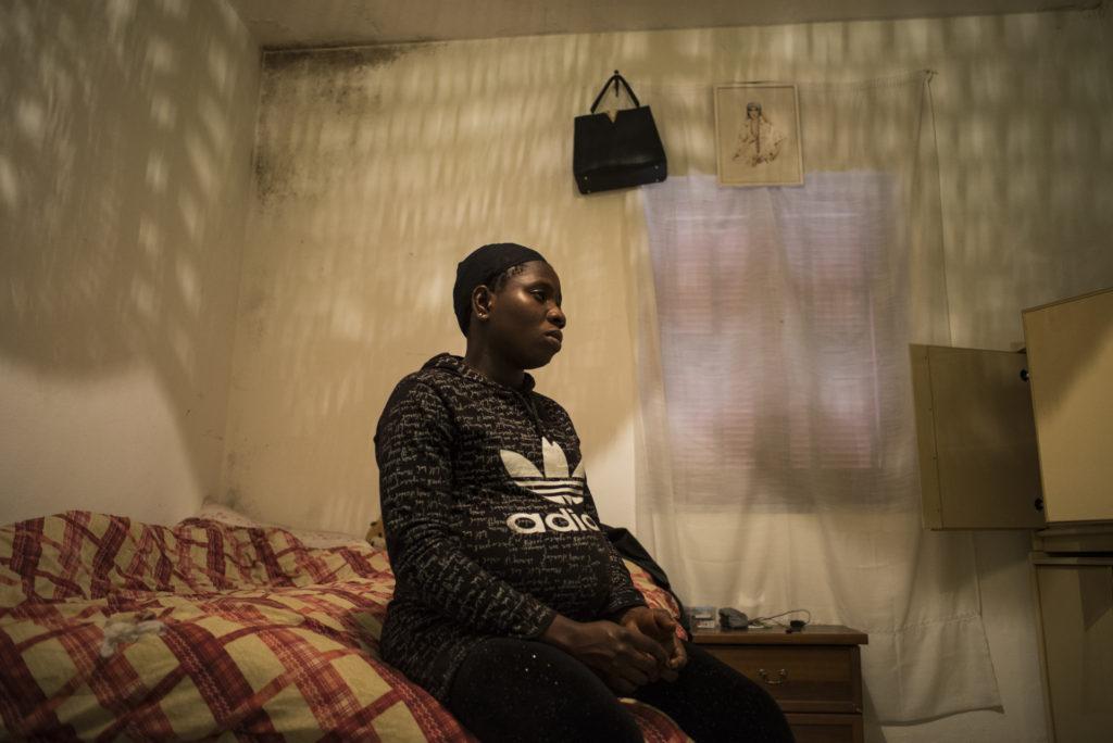 Sandra, nella sua camera all'interno della connectione house in cui vive a Destra Volturno (foto: Federica Mameli)
