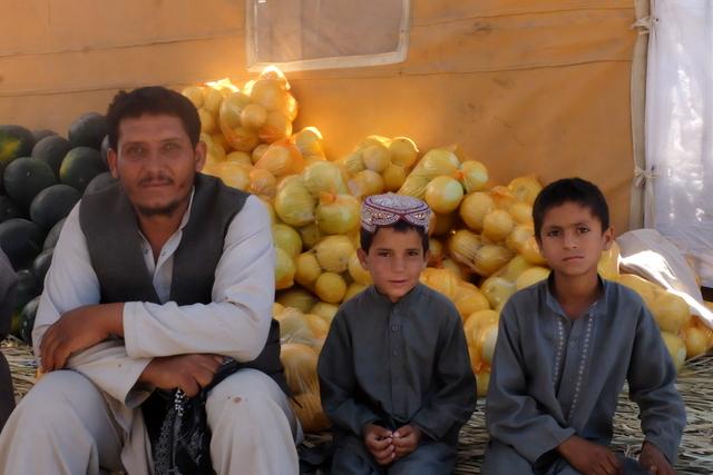Hejrat con due dei figli di Rabihullah, Jalalabad