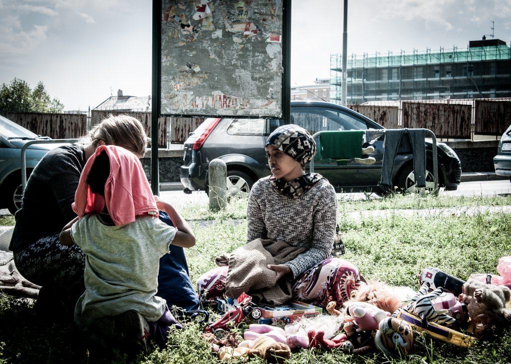 Como. Una ragazza riposa nel parco della stazione S.Giovanni dopo la distribuzione di beni di prima necessità da parte di volontari locali. (Foto: Emanuele Amighetti)