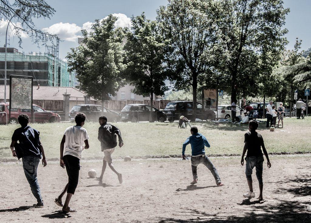 Como. Partita di calcio nel parco della stazione S.Giovanni. (Foto: Emanuele Amighetti)