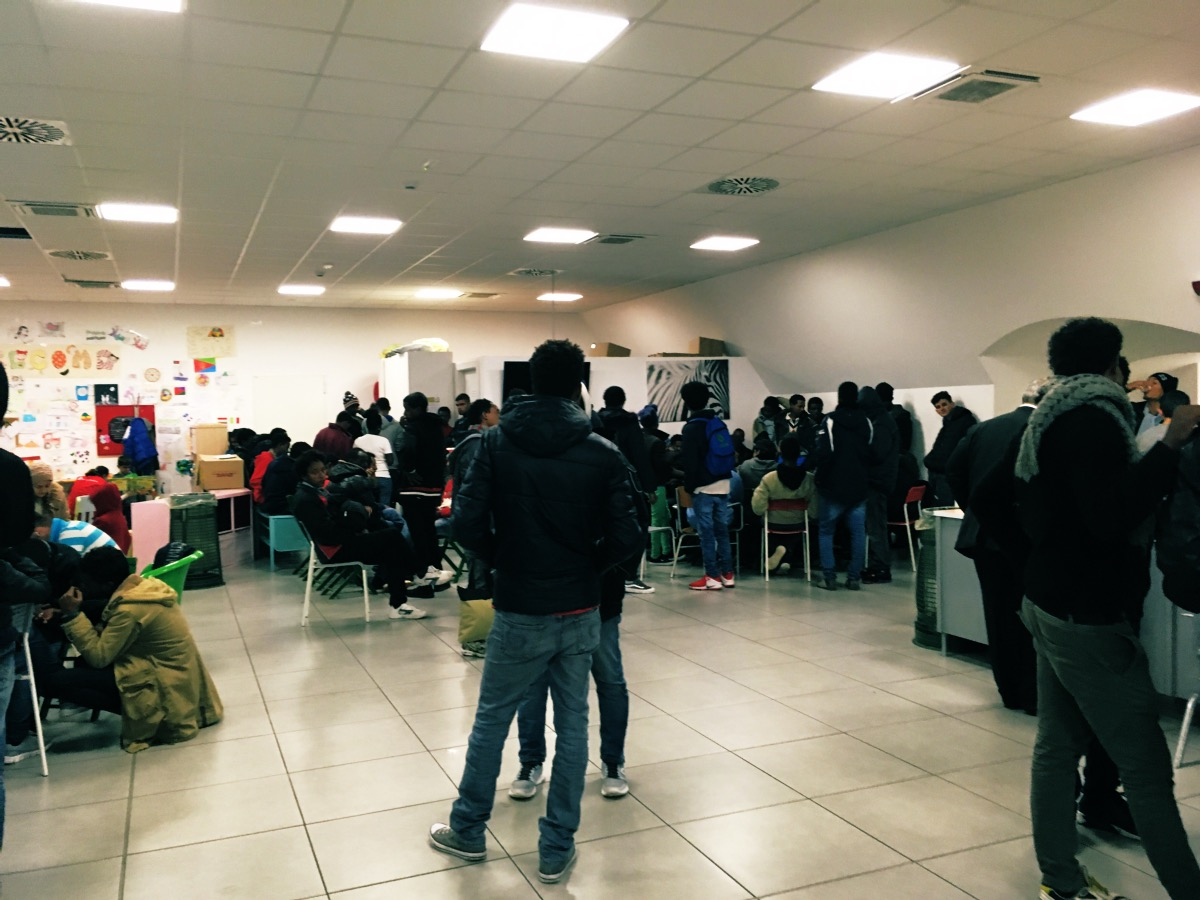 I transitanti all'interno dell'hub in un giorno di pioggia. Foto di Marina Petrillo
