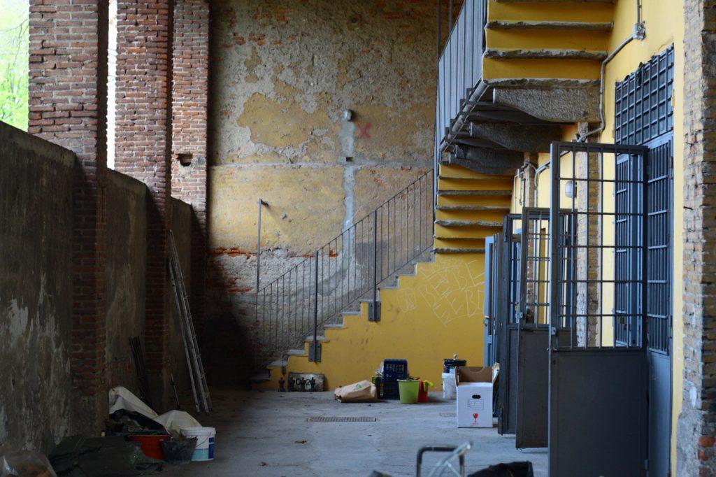Foto: interni delle stalle di via Livigno, futura sede del Nuovo Armenia.
