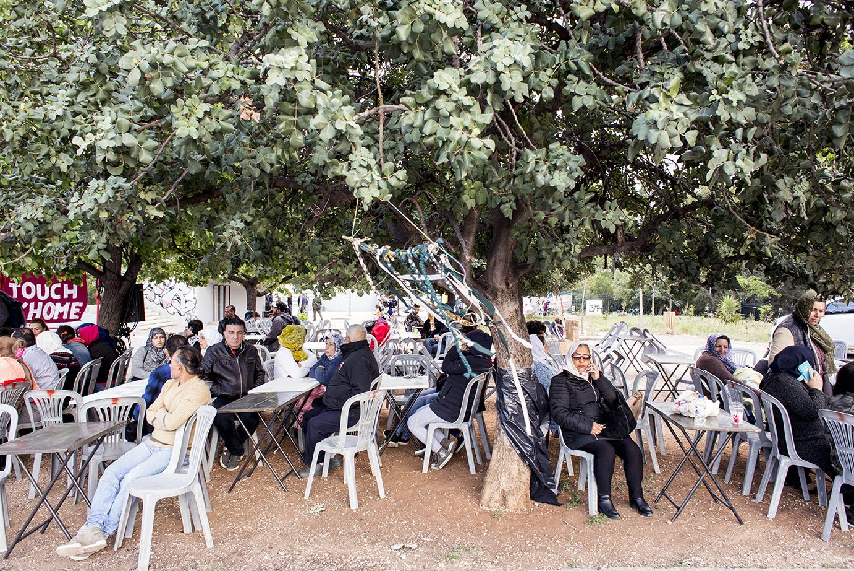 Alla festa in piazza Protomagias ad Atene per il primo anniversario dell'occupazione del City Plaza (foto: Alberta Aureli)