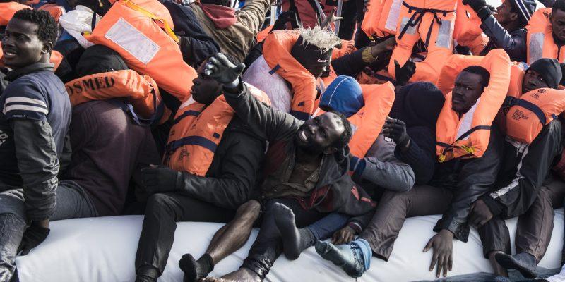 Al largo delle coste libiche in acque internazionali l'equipaggio della nave Aquarius soccorre un gommone in avaria con a bordo 132 donne e uomini; alcuni affrontano terrorizzati il loro primo viaggio in mare. (Foto: Federica Mameli/Luz)