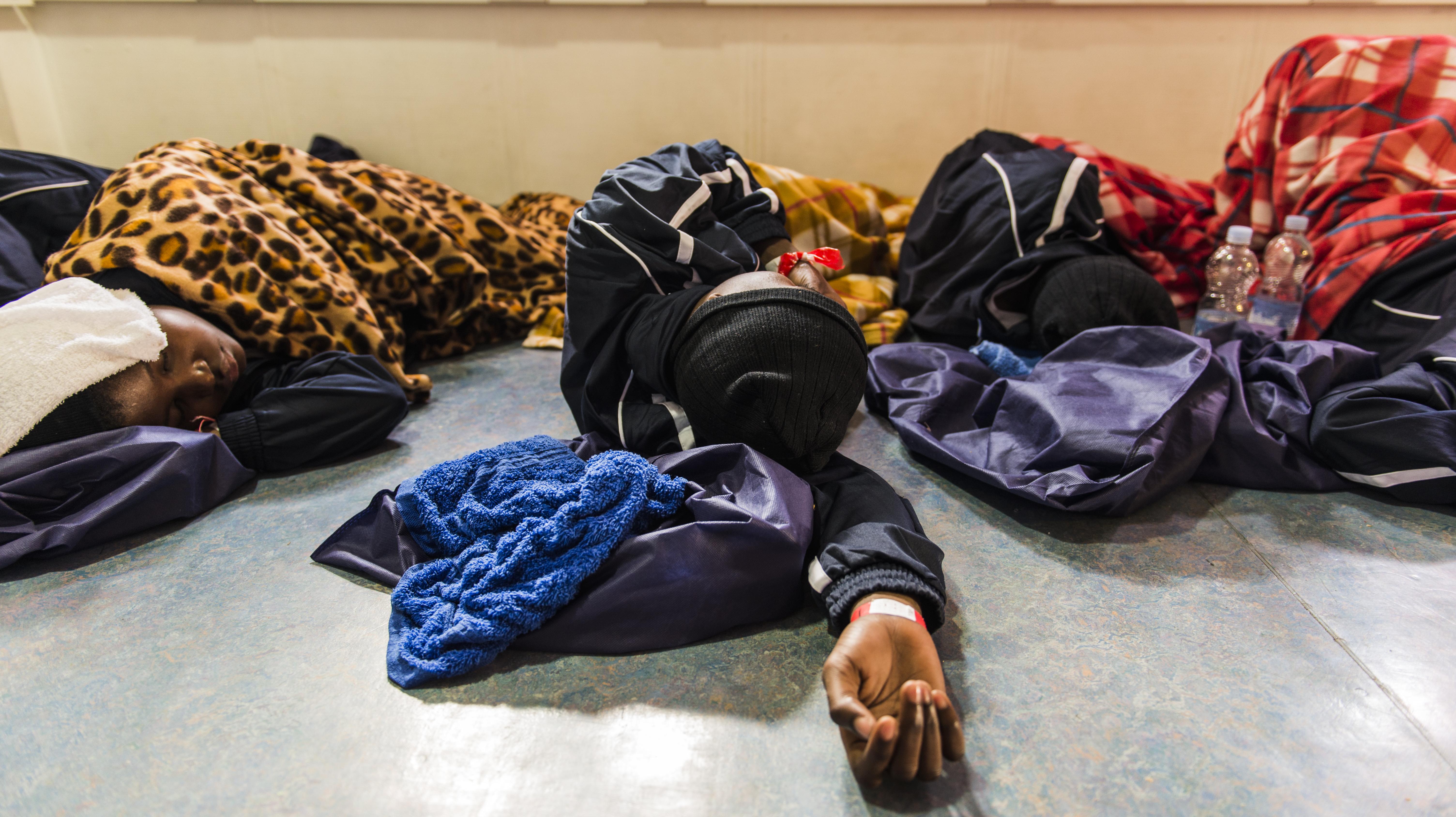 B. riposa dopo essere stata tratta in salvo da un gommone in avaria. Ha 20 anni, ha trascorso 4 mesi in un centro detentivo a Sabratha in Libia dove è stata ripetutamente violentata dalle guardie. (Foto: Federica Mameli/Luz)