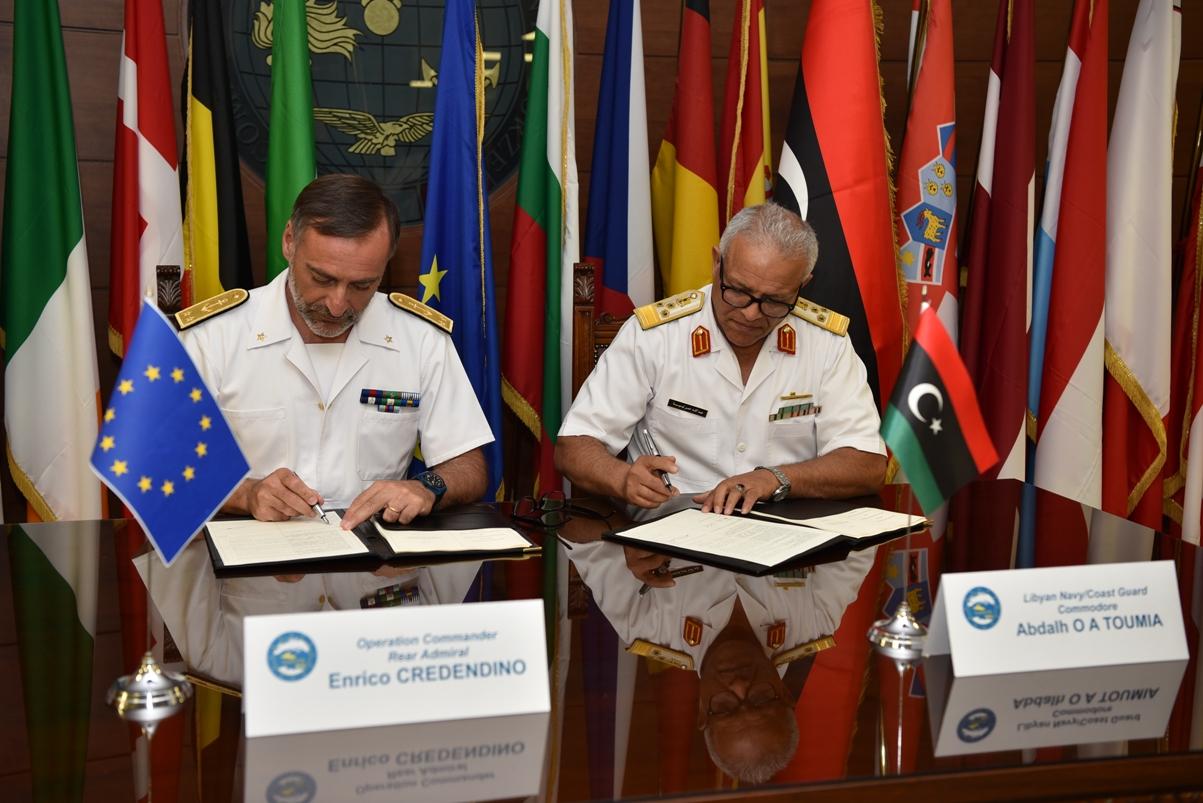 la firma dell'accordo per l'addestramento della Guardia Costiera libica (foto: Ministero della Difesa/Marina Militare)