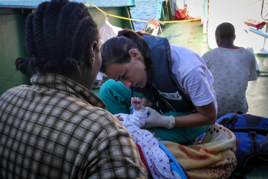 Un neonato curato a bordo della Iuventa