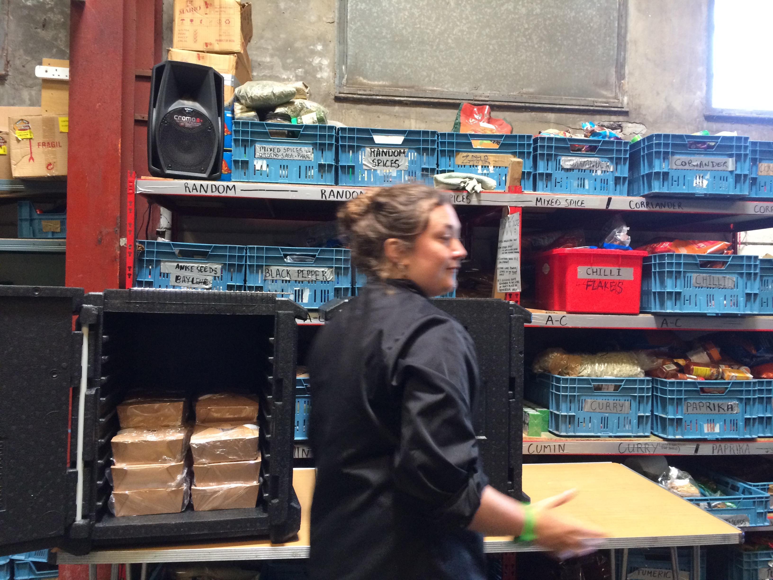 Una delle volontarie che ogni giorno preparano il cibo per i migranti all'Auberge des Migrants (foto: Emanuela Barbiroglio)