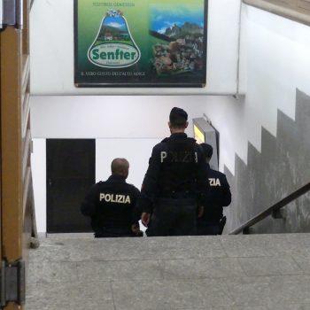 Agenti di polizia sulle scale della stazione ferroviaria del Brennero (foto: Michele Luppi)