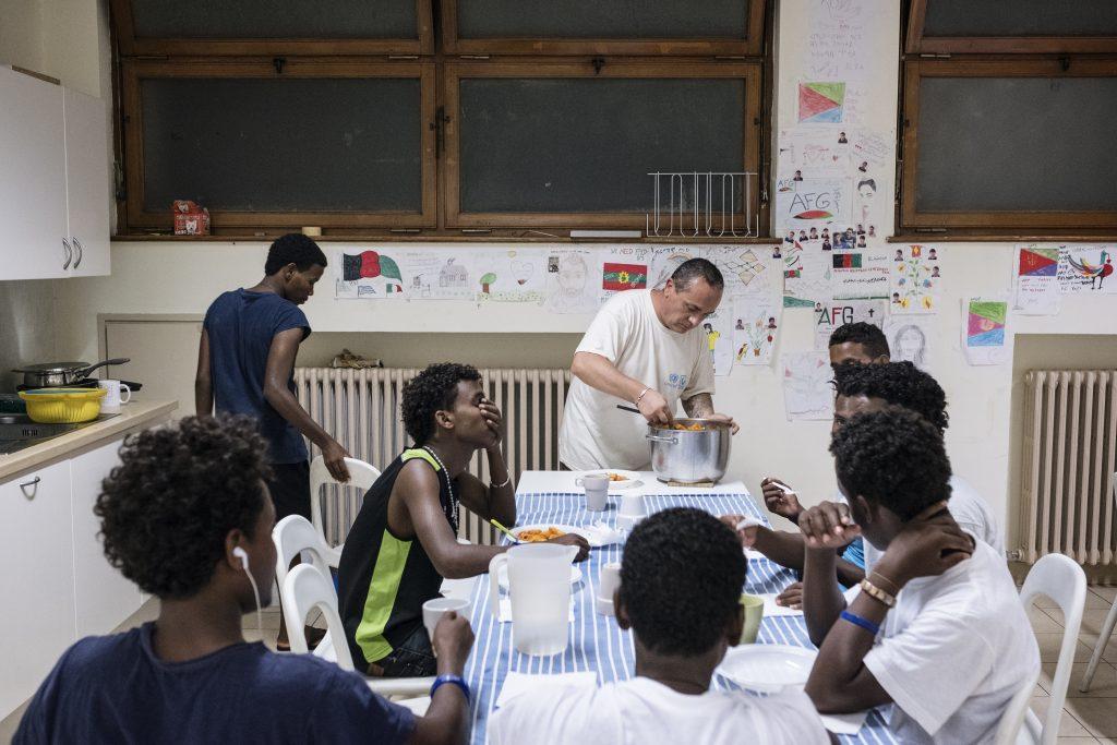 Si mangia all'A28, il cento Intersos per i minori non accompagnati a Roma (foto: Francesco Pistilli)