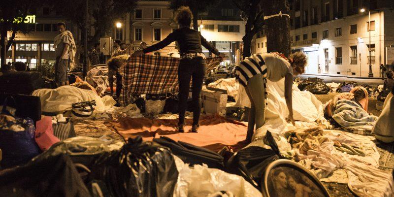 Alcune donne eritree si preparano per trascorrere la notte in strada nei giardini di Piazza Indipendenza, dopo lo sgombero del palazzo di via Curtatone (foto: Federica Mameli)