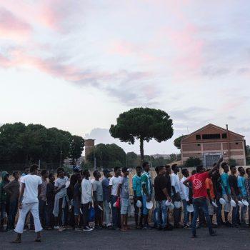 La coda per la cena servita dai volontari in piazzale Maslax a Roma (foto: Francesco Pistilli)