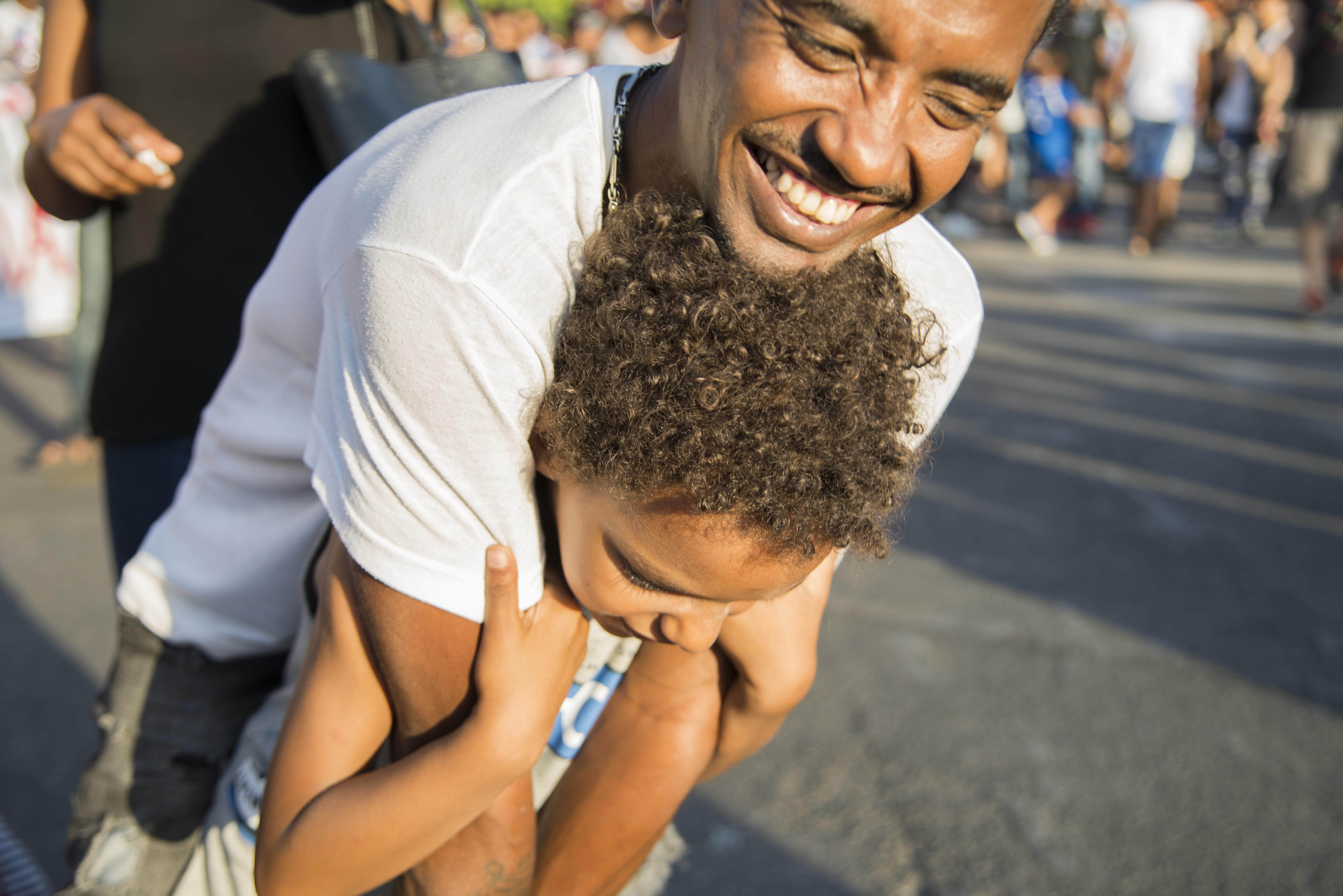 Padre e figlio di una delle famiglie sgomberate dal palazzo di via Curtatone partecipano al corteo per il diritto alla casa e contro gli sgomberi (foto: Federica Mameli)