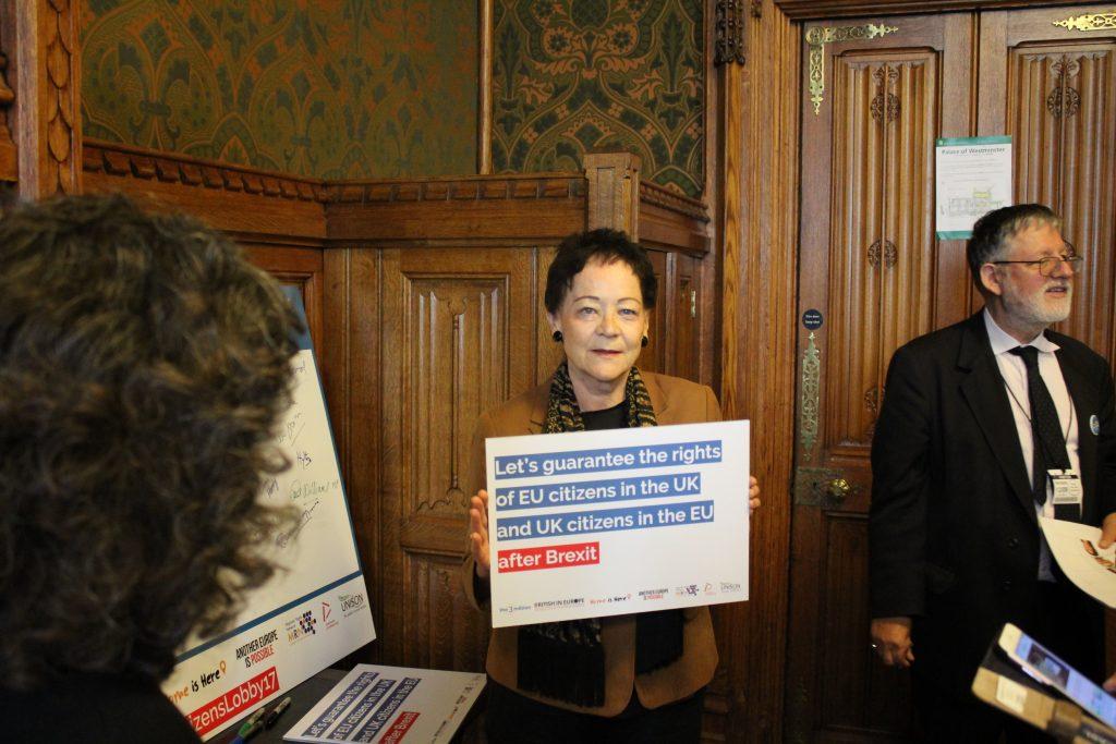 Una parlamentare britannica con un manifesto della giornata di lobby di massa del 13 settembre 2017 (foto: Angelo Boccato)