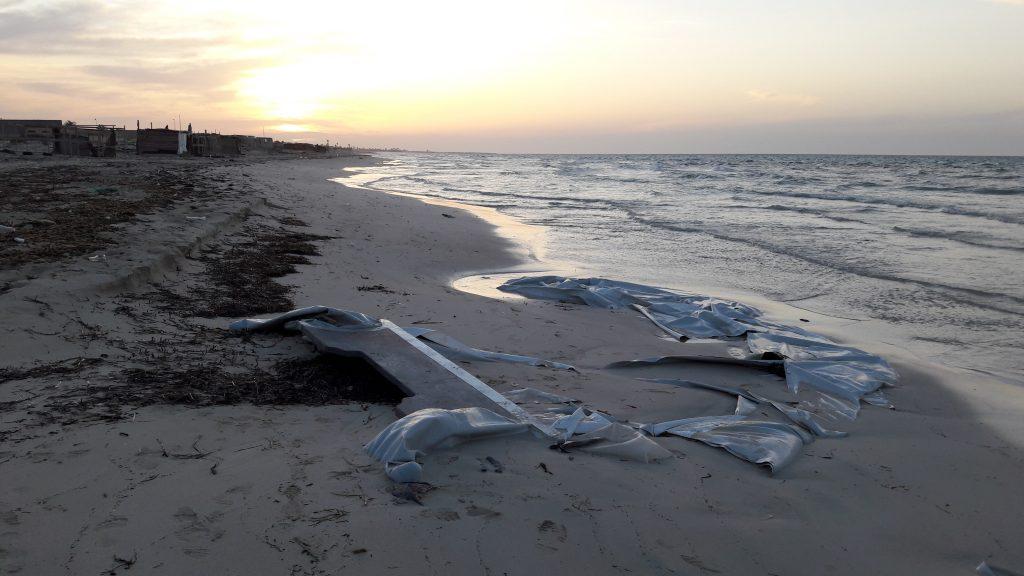 Resti di un gommone sulla costa di Zuwara portato a riva dalla corrente (foto: Marta Bellingreri)