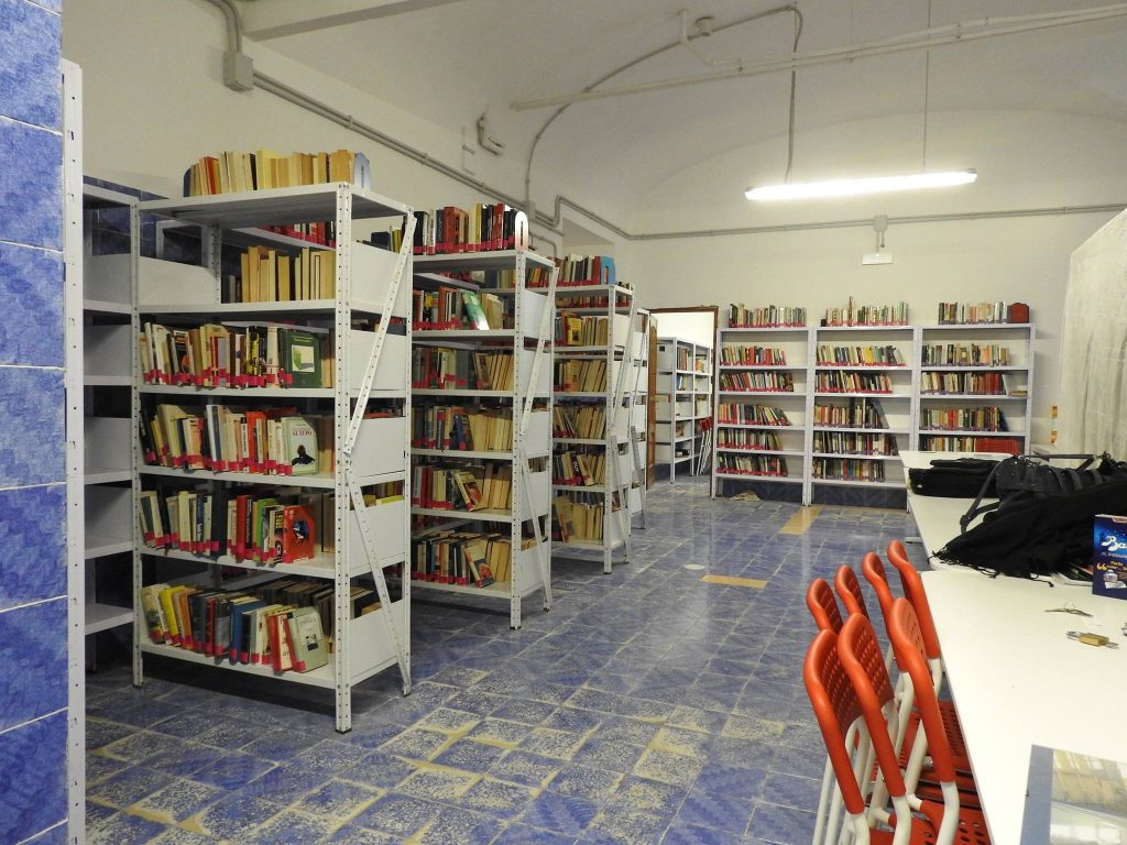 I nuovi spazi della Biblioteca, quasi pronti per l'inaugurazione grazie all'instancabile gruppo di volontari. Foto via Cittadini del Mondo.