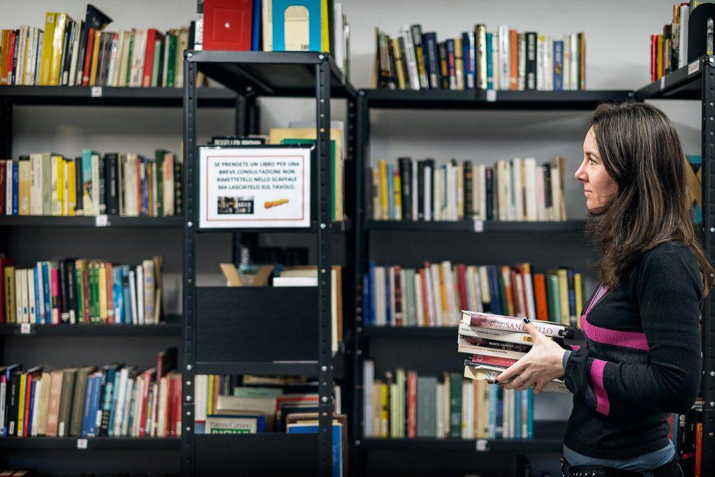 Gli scaffali della biblioteca. Foto via Cittadini del Mondo.