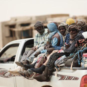 Un gruppo di migranti di ritorno dalla Libia nel villaggio di Tourayat (foto: Giacomo Zandonini)