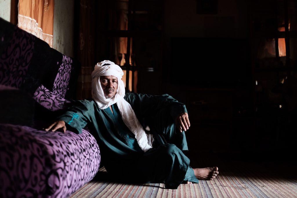 Bazou Ider, ex passeur, nella sua casa di Agadez (foto: Giacomo Zandonini)