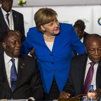 La Cancelliera tedesca Angela Merkel parla con il Presidente della Costa d'Avorio Alassane Ouattara e con il presidente dell'Unione Africana Alpha Condé al vertice di Abidjan il 29 novembre 2017, (Foto: Dominick Reuter/AFP Services for the European Council)