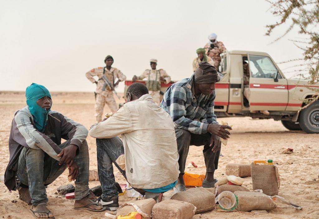 Migranti abbandonati nel Sahara vengono trovati da una pattuglia militare, sulla rotta verso la Libia (foto: Giacomo Zandonini)