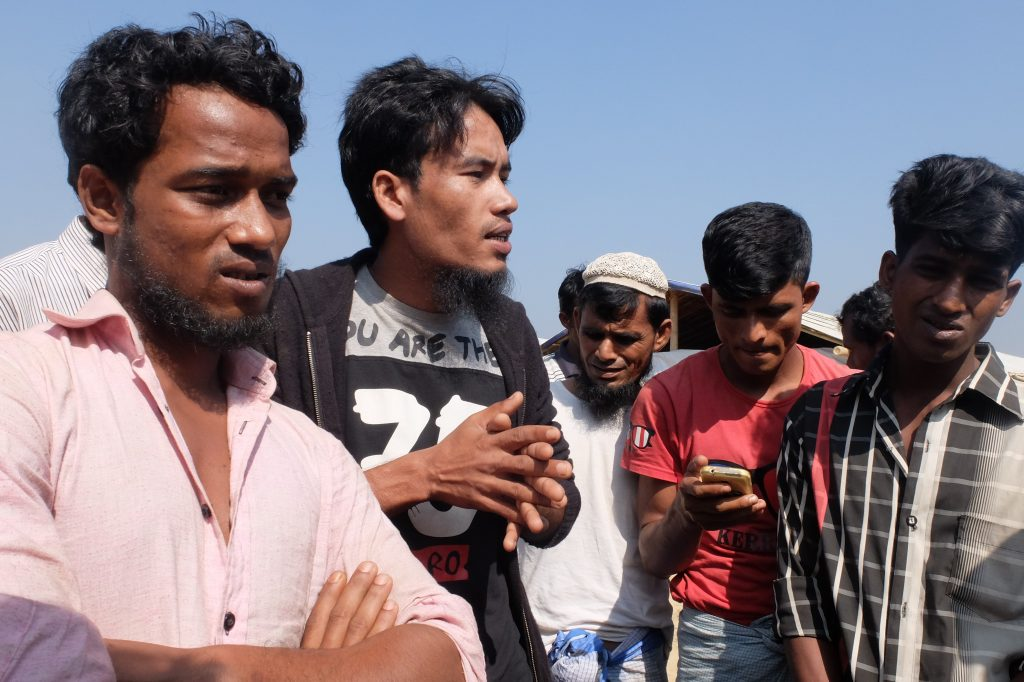 In Myanmar non torniamo: Nur Mohammad e altri ragazzi Rohingya mentre discutono di politica, rivendicando piena cittadinanza (foto: Giuliano Battiston)