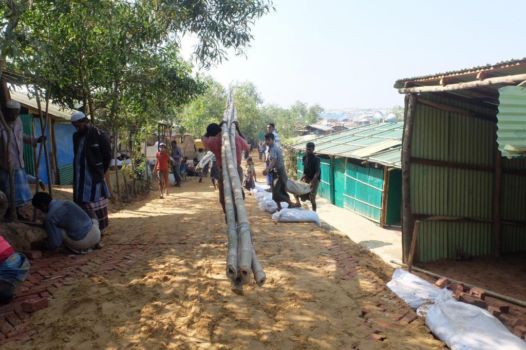 Lavori nel campo di Kutupalong (foto: Giuliano Battiston)