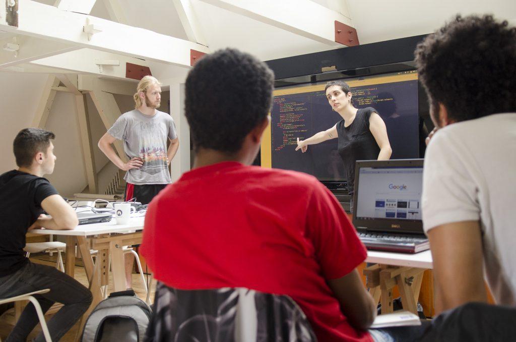 I docenti volontari di HackYourFuture insegnano ai richiedenti asilo a programmare (foto: HackYourFuture)