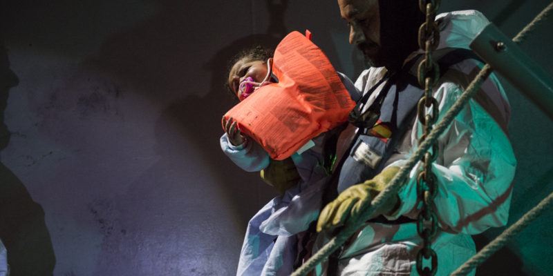 26 dicembre 2017, acque internazionali, al largo delle coste libiche. Nella notte tra Natale e Santo Stefano, le operazioni di trasferimento di 234 persone, tra cui molti bambini, da una nave militare spagnola del dispositivo EUNAVFORMED all'Aquarius (foto: Federica Mameli/SOS Méditerranée)