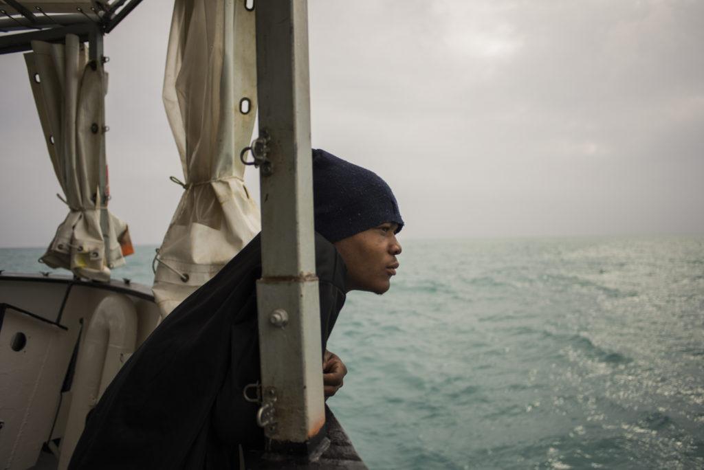 9 gennaio 2018. Porto di Pozzallo Dominic, giovane nigeriano fuggito dalle torture di una prigione libica, guarda dal ponte di Aquarius, l'ingresso della nave nel porto italiano (foto: Federica Mameli/SOS Méditerranée)