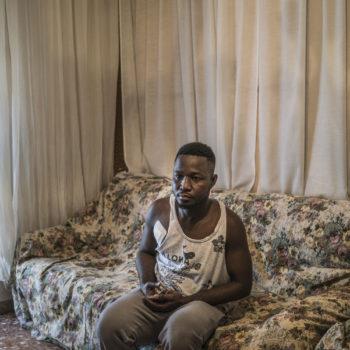 Wilson Kofi nel suo appartamento a Macerata. In questa immagine si vede la medicazione al foro di entrata del proiettile di Traini, e sulla schiena ha quello di uscita (foto: Emanuele Satolli)