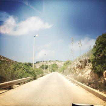 La strada verso l'hotspot a Lampedusa (foto: Marina Petrillo)