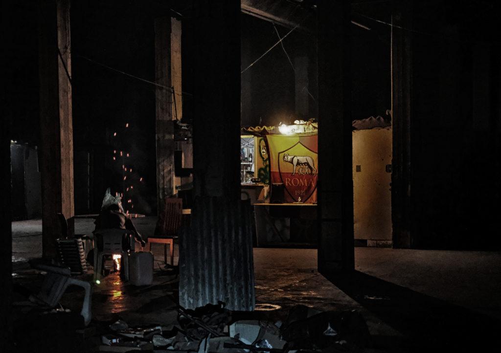 Il bar di Ibrahima, in uno dei capannoni (foto: Giacomo Zandonini)