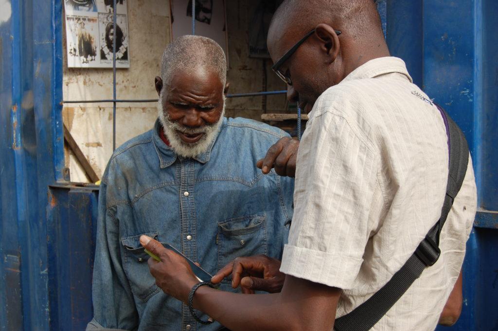 Abdoullaye Diallo nel quartiere di Thiaroye (foto: Maurizio Fantoni Minnella)