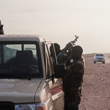 Pattuglia militare alle porte di Agadez (foto: Giacomo Zandonini)