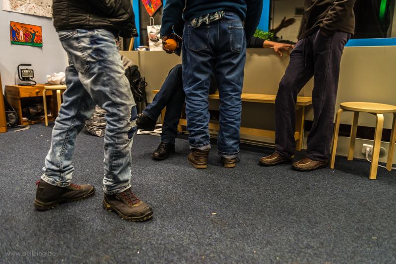 Migranti all'ingresso del centro d'accoglienza gestito dalla Plateforme (Foto: Frédéric Moreau de Bellaing)