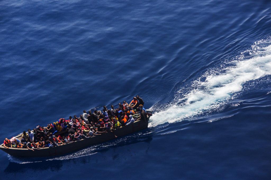 Profughi su una barca di legno navigano lentamente nel Mediterraneo in condizioni precarie. Moonbird avvista la barca e ne segnala la presenza (foto: Alessio Mamo)