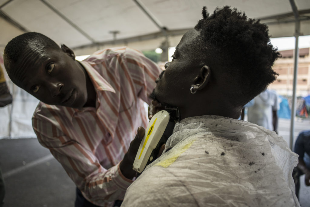 Nel tendone del Baobab c'è un angolo in cui spesso un barbiere si mette a disposizione degli ospiti (foto: Federica Mameli)