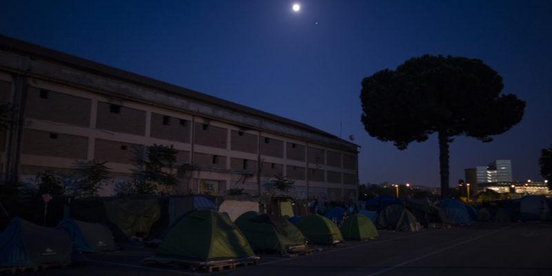 Dietro la stazione Tiburtina, le tende che, in piazzale Maslax, sono il rifugio di tante persone che non hanno un posto dove dormire (foto: Federica Mameli)