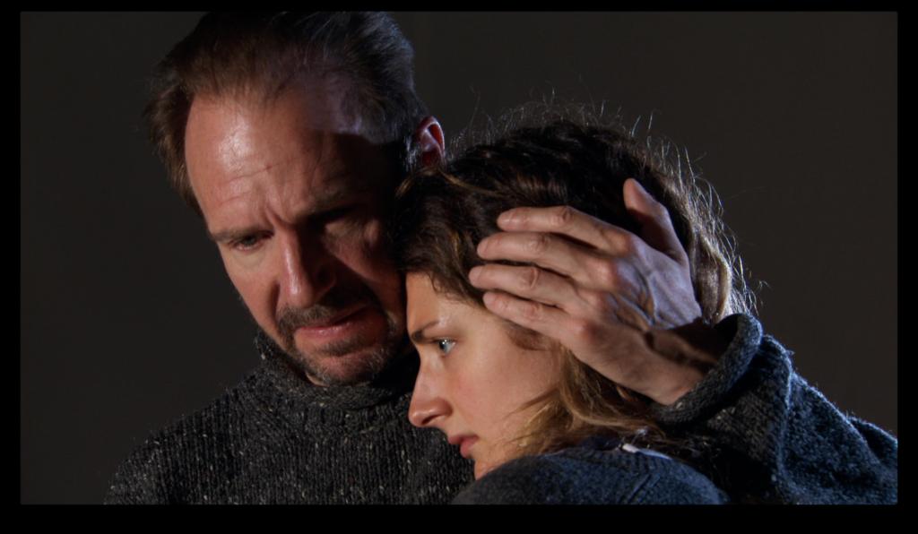 """Ralph Fiennes e Daisy Bevan in una scena del film """"Sea Sorrow"""""""