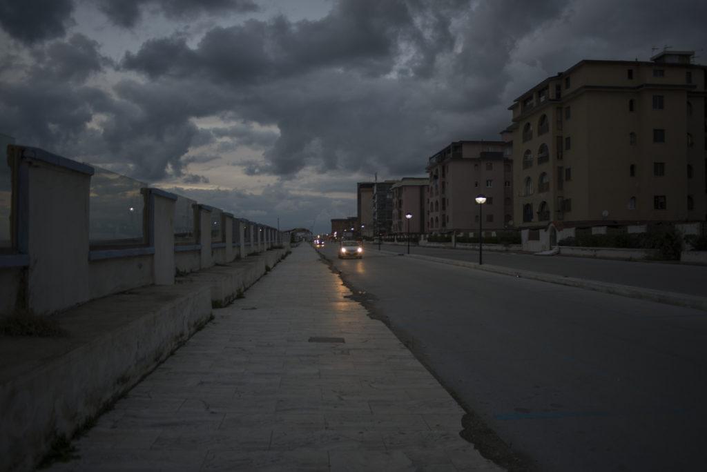 Il lungomare di Castel Volturno al tramonto, e accanto, molti palazzi sorti negli anni del boom edilizio abusivo e oggi abbandonati (foto: Federica Mameli)