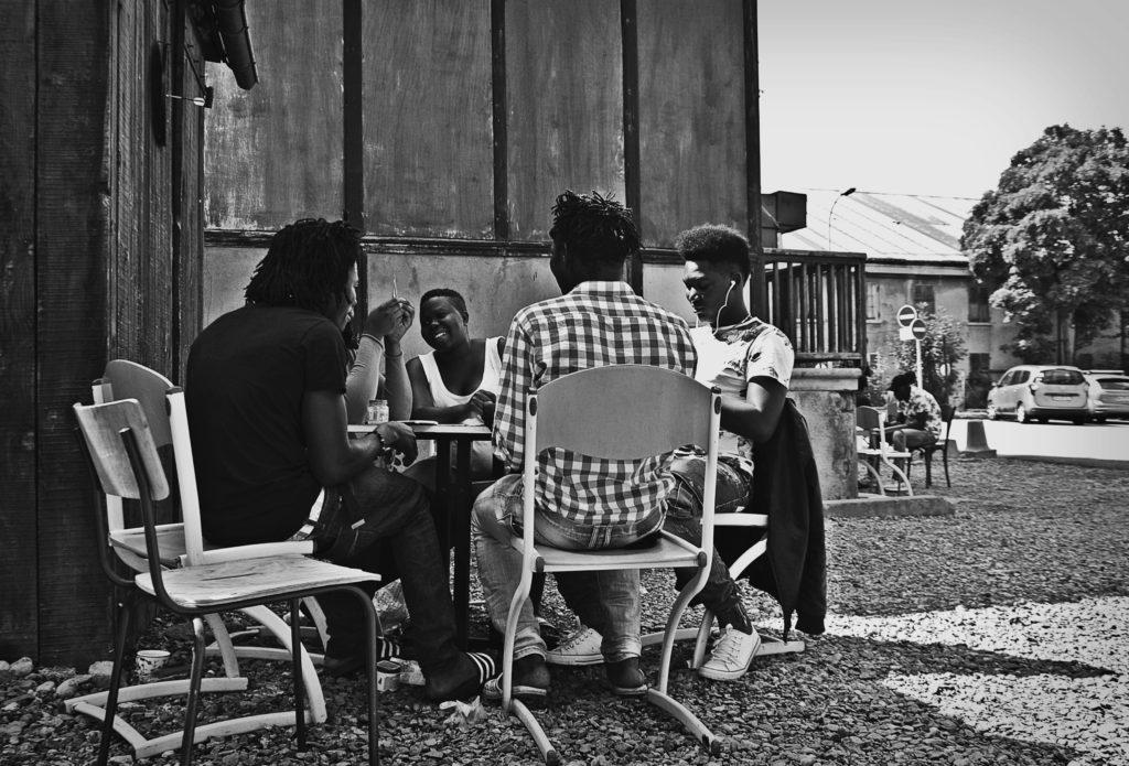 Alcuni migranti ospiti del centro di accoglienza Tous Migrants di Briançon ingannano l'attesa con un gioco di carte. Tra loro anche donne incinte e minori. 13 agosto 2018 (foto: Marta Clinco)