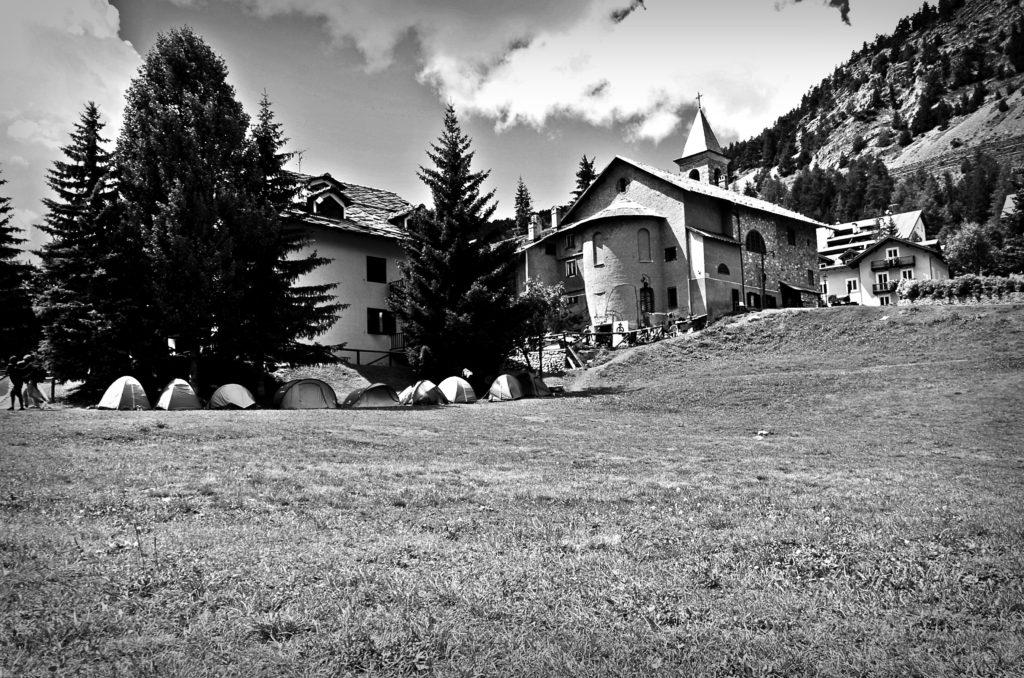 Chez Jesus, il centro di accoglienza autogestito di Claviere, occupa tutta l'area posteriore la chiesa del paese al confine con la Francia. Claviere, 14 agosto 2018 (foto: Marta Clinco)