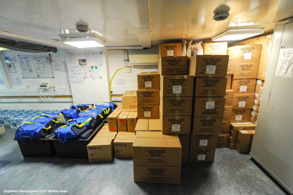 Rifornimenti supplementari su Aquarius (foto: SOS Méditerranée)