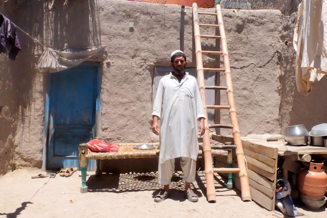 Rabihullah nell'atrio della sua casa, nella periferia di Jalalabad