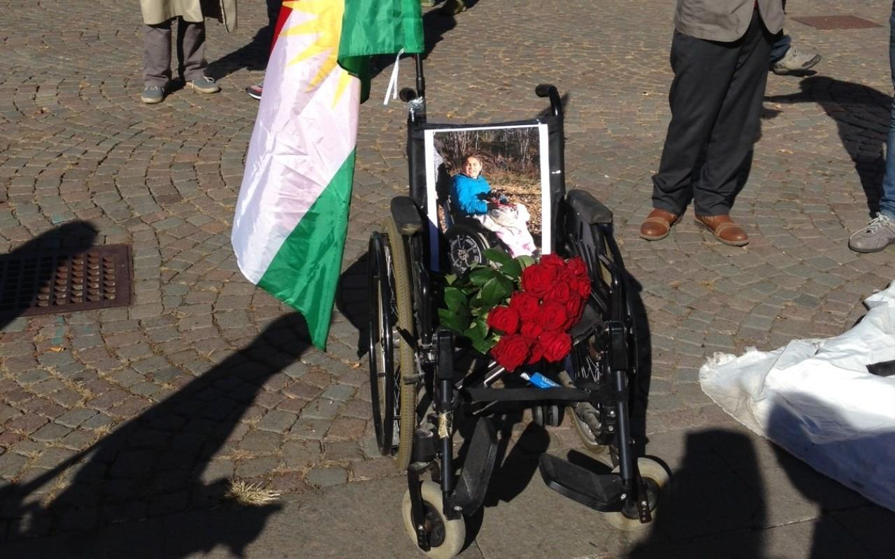 La carrozzina di Adan, tredicenne curdo-iracheno rimasto senza accoglienza a Bolzano e morto a seguito di una caduta lo scorso anno (foto: Antenne Migranti - Monitoraggio lungo la rotta del Brennero)