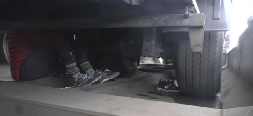 Alcuni profughi nascosti sotto le assi di un treno merci al Brennero (foto: Antenne Migranti - Monitoraggio lungo la rotta del Brennero)