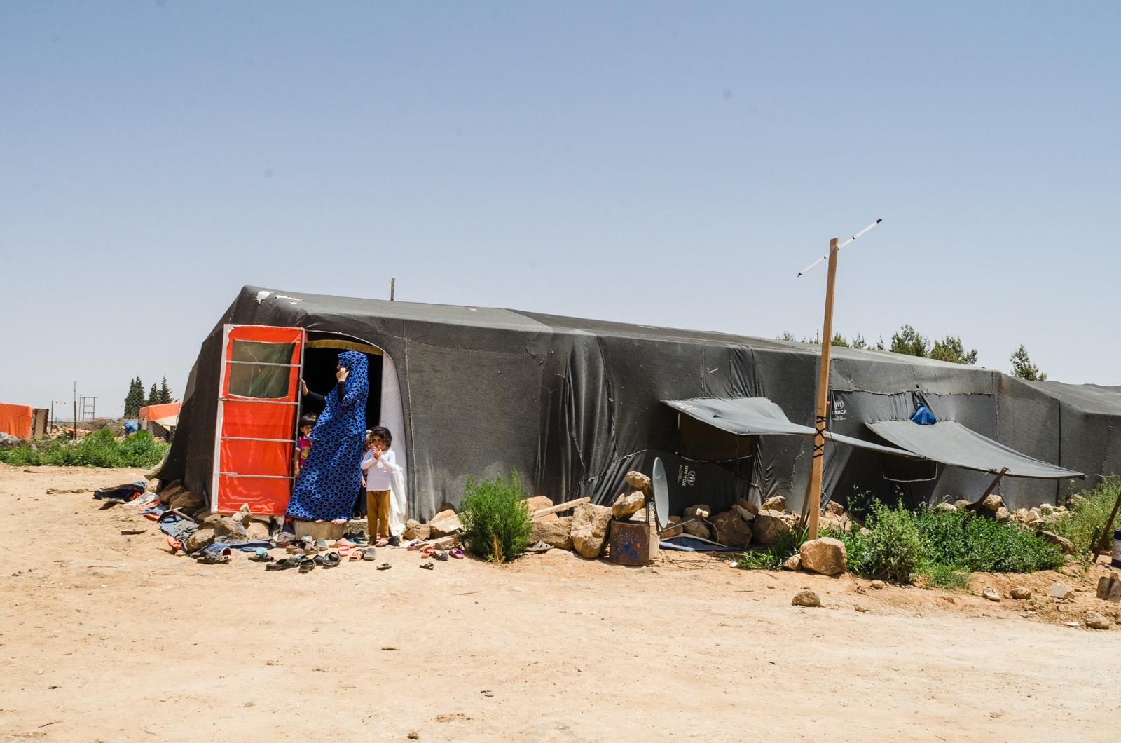 Al Mafraq, Giordania. Luglio 2018. L'accampamento di una decina di tende in cui vivono alcuni dei braccianti che lavorano per Abu Hamza è situato a pochi minuti di macchina dai campi. Non c'è acqua corrente, ma ci sono alcuni generatori elettrici.